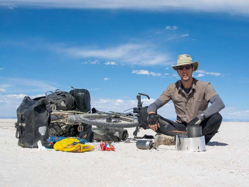 Carsten Grüttner von Bikeload in der Salzwüste in Bolivien - Reiseblog Bravebird